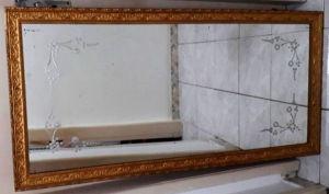 Espelho veneziano com moldura em tom ouro velho medindo 58,5 X 123 cm. Algumas perdas na moldura. OBS: Esse lote não será enviado pelos Correios, ficando a cargo do arrematante a retirada NO LOCAL DO LEILÃO ou mediante contratação de TRANSPORTADORA para retirada. Consulte as condições nas informações do leilão