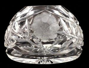 Vaso em cristal translúcido ricamente lapidado com palmas, margaridas e recortes geométricos. Mede 13 X 19 cm.