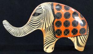 PALATNIK  Escultura cinética representando elefante de circo em resina de poliéster de manufatura Abraham Palatnik. Medindo 15 cm de altura por 25 cm de comprimento.