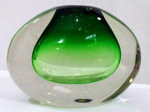 MURANO ITALIANO - Vaso solifleur em cristal de Murano em formato oval com belo tom degradê verde/translúcido. Mede13 X 17 cm.