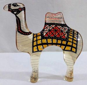 PALATNIK  Escultura cinética representando camelo em resina de poliéster de manufatura Abraham Palatnik. Medindo 20 cm de altura por 20 cm de comprimento.