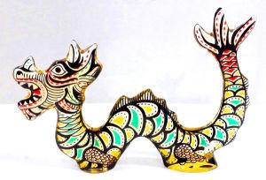 PALATNIK  Escultura cinética representando dragão oriental em resina de poliéster de manufatura Abraham Palatnik. Medindo 13 cm de altura por 19 cm de comprimento.