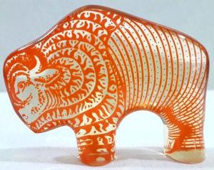 PALATNIK – Escultura cinética representando bisão americano em resina de poliéster de manufatura Abraham Palatnik. Medindo 7,5 cm de altura por 10 cm de comprimento.