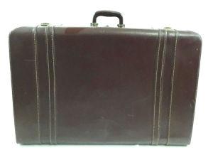 Antiga mala em couro marrom de manufatura `WEBER` contendo alça e 3 presilhas. Mede 56 X 19 X 70. Necessita restauro / possui perdas (última foto).
