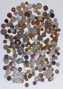 NUMISMÁTICA - Lote contendo dezenas de moedas de diversas procedências.