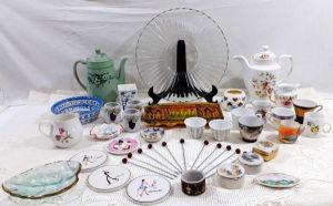 MISCELÂNEA - Lote contendo 34 itens diversos como xícaras, prato ´pata bolo, cremeiras, paliteiro e bules em materiais e tamanhos diversos. OBS: Alguns no estado.