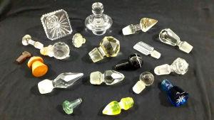 MISCELÂNEA - Lote contendo 19 tampas de garrafas / frascos na maioria em vidro / cristal. Maior tamanho 9 cm. OBS: Algumas necessitam lapidação.
