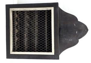 Antigo armário para armazenamento de ovos usado em fazendas manuifaturado em madeira e tela aramada. Mede 56 X 37 cm. Possui marcas do tempo.