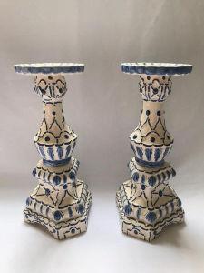Belíssimo par de castiçais em faiança pintados à mão. Med. 32x16 cm.