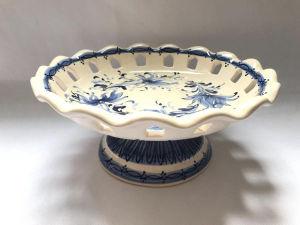 Delicada fruteira em faiança, borda decorada com vazados e linda pintura à mão. Med. 24x11 cm.