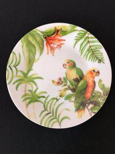 Prato em porcelana decorado com casal de papagaios. Med. 19 cm.