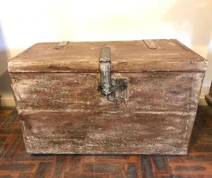 Baú rústico com ferragens e fechadura, acompanha chave. Med. 80x40x50 cm.