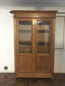 Guarda-louças em Peroba do Campo, com quatro prateleiras internas com regulagem e removíveis, duas portas com vidro e vidros nas laterais. Med. 1,45x0,50x2,30 m.