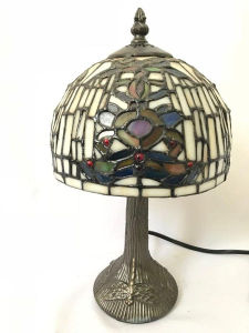 Linda luminária de mesa ao gosto Tiffany, base decorada com libélulas em relevo. Med. 36x20 cm.