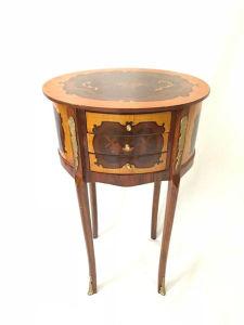 Mesinha lateral com rico trabalho em marchetaria, três gavetas e aplicações em bronze. Med. 69x40 cm.