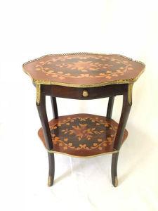 Mesa lateral em madeira marchetada, com galeria em metal contendo uma gaveta. Med. 62x52 cm.