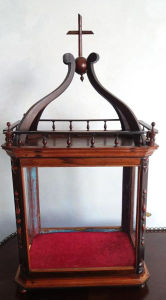 Belíssimo Oratório em madeira nobre com laterais em vidro, Sec XIX. Perfeito estado! Med. 90x48x31 cm.