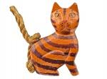 BALI - INDONÉSIA - Belíssima Escultura de Coleção, representando Gato Tigrado, esculpido em madeira, com calda de cisal. Dimensões: 14 cm X 10 cm X 4 cm (Alt./Comp./Larg.). xl