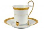 Belíssima Xícara de Café de Coleção e seu respectivo pires, executada em fina porcelana branca, pés tripóides, rica aplicação em ouro, pega alta e repuxada. Dimensões: 8 cm X 6 cm (Alt./Diâm.). xv