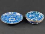 JAPÃO - ANOS 60 - Duas Petisqueiras, executadas em fina porcelana japonesa, seladas na base, profusamente decoradas no mesmo padrão com elementos fitomorfos, sendo uma funda e outra rasa. Dimensões: 5 cm X 14 cm e 3 cm X 16,5  (Alt./Diâm.). xxx