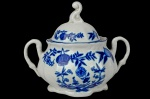"""STEATITA - CEBOLINHA - BAIXO ESMALTE - (CONHECIDO COMO O BORRÃO BRASILEIRO PELOS COLECIONADORES) - Rassímo Açucareiro de Coleção, executado em porcelana branca no padrão """"Blue & White"""", dito """"Cebolinha"""",  com friso azul, marca da manufatura na base. Dimensões:  12 cm X 15 cm X 11 cm (Alt./Comp. entre pegas/Diâm. int.). EM PERFEITO ESTADO DE CONSERVAÇÃO. xl"""