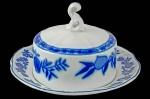 """STEATITA - CEBOLINHA - BAIXO ESMALTE - (CONHECIDO COMO O BORRÃO BRASILEIRO PELOS COLECIONADORES) - Rassíma Manteigueira de Coleção, executada em porcelana branca no padrão """"Blue & White"""", dito """"Cebolinha"""",  com friso azul, marca da manufatura na base. Dimensões: 9 cm X 16 cm (Alt./Diâm.). EM PERFEITO ESTADO DE CONSERVAÇÃO. xl"""