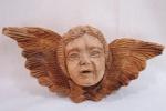 QUERUBIM - Linda e antiga escultura , confeccionada em madeira ricamente entalhada, representando Cabeça de Querubim. Med.: 13 x 28 x 8 cm.