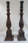 Par de antigos tocheiros em jacarandá com trabalho torneado e frisados, base quadrada, estilo balaústre. Adaptado para abajour. Altura: 45 cm