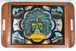 Bandeja em madeira marchetada e composição com asas de borboleta, tampo decorado ao centro com figura de pavão, bordas com  decoração iconográfica do Rj . Med. 4 x 51 x 34 cm. Tampo com vidro rachado.