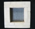 Porta-retrato quadrado confeccionado em placa de osso, na cor marfim. Med. 14,5 x 14,5 cm.