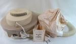 Secador de cabelos de mesa da década de 1960 acondicionado em caixa original e manual de instruções, acompanha ( touca de plástico e mangueira) e manual de instruções. Funcionando porém vendido sem garantia. Med. 10 x 31 cm.