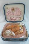Secador de cabelos manual e de mesa  da década de 1960 acondicionado em caixa original tipo maleta em couro sintético  com alça e fecho, acompanha todos os itens( touca de plástico, escova , pente e mangueira) . Funcionando porém vendido sem garantia. Med. 10 x 39 x 36 cm.