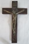 Antigo crucifixo em madeira com Cristo Crucificado em bronze e parte traseira com medalha de São Miguel Arcanjo . Med; 3 x 18 x 11 cm.