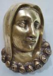 Antiga imagem sacra em bronze , representando busto de Nossa Senhora ornada com cordão de rosas. Med.17 x 13 x 6 cm.