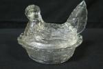 Delicada mantegueira individual em vidro artístico translúcido. Feitio de galinha no ninho. Med. 12 x 14,5 x 11 cm.
